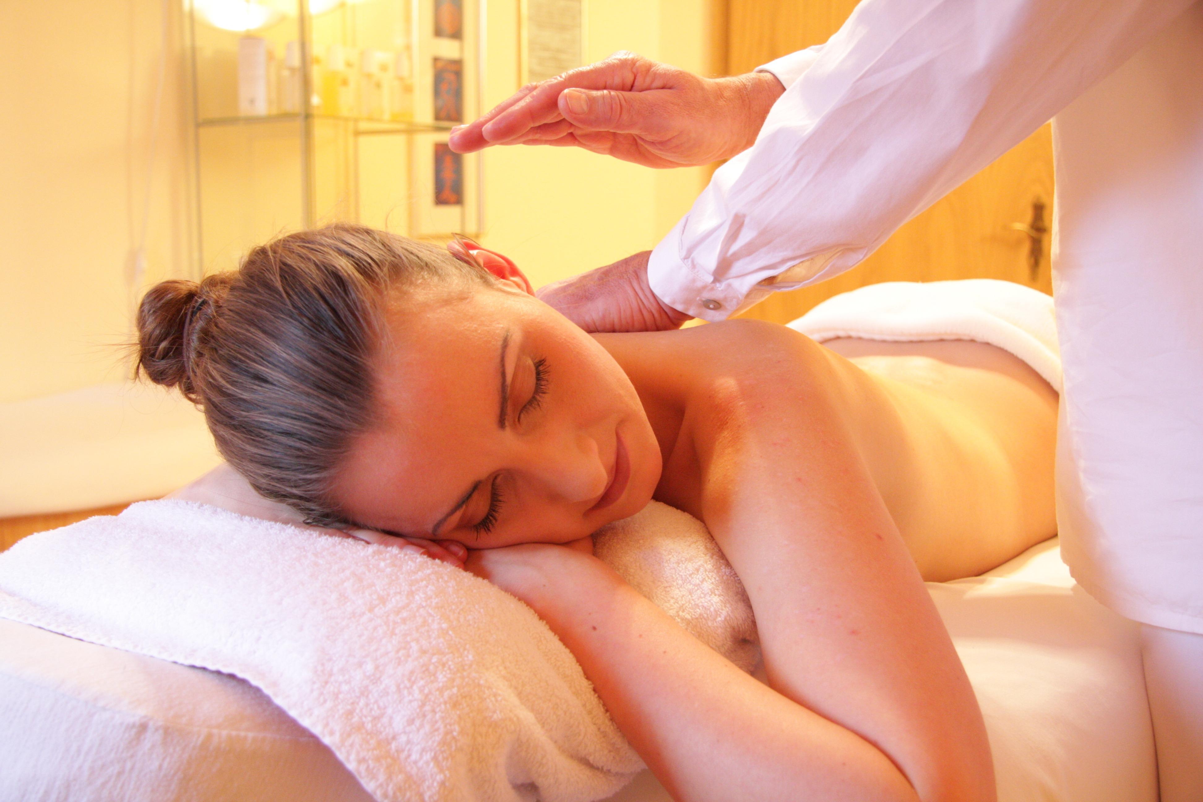 therapeutische Massage am Schulterblatt
